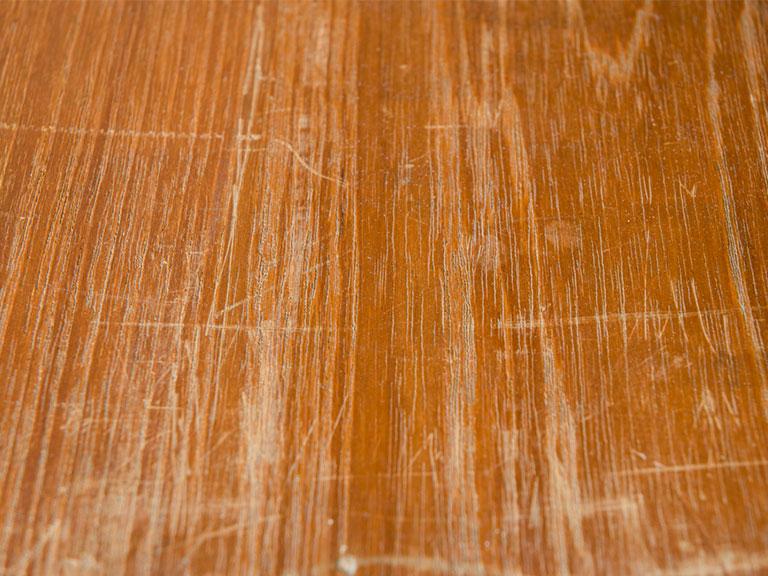 Kratzer aus Massivholzmöbeln entfernen